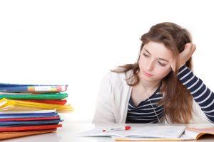 Mädchen Brünett bei Hausaufgaben demotiviert