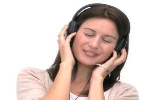 687619040-ecouter-de-la-musique-yeux-fermes-casque-entendre
